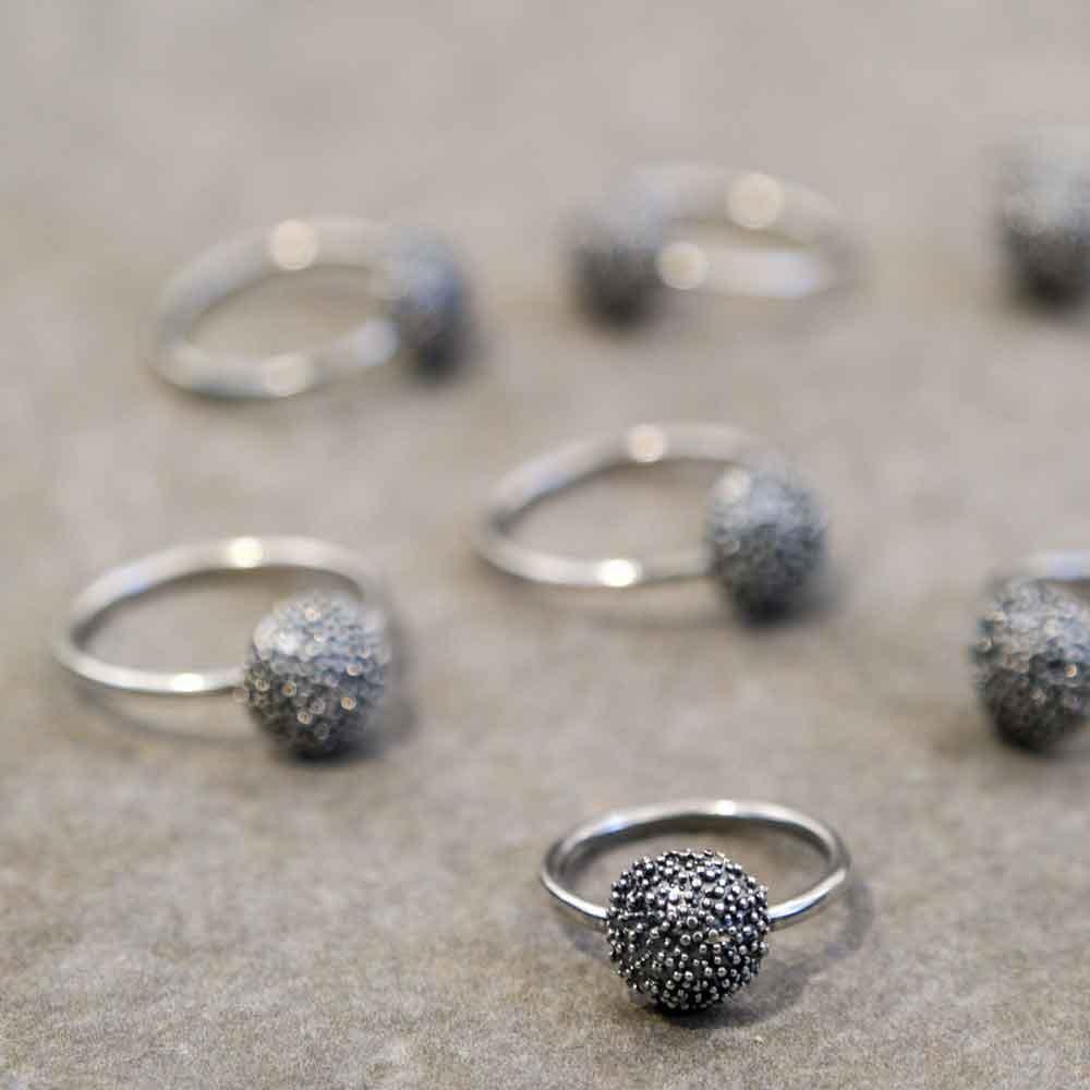 Sparkling curve ring antik grå